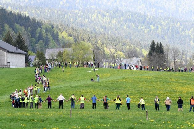 Chaîne humaine samedi dans le village d'Autrans (Isère) pour protester contre les compteurs communicants Linky, le 5 mai 2018   [JEAN-PIERRE CLATOT / AFP]