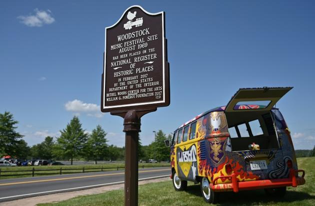 Un van garé près du Bethel Woods Center for the Arts qui gère le site de Woodstock, photographié le 15 août 2019, le jour du début des célébrations du 50e anniversaire du festival    [Angela Weiss / AFP]