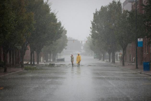 Des habitants de la ville de New Bern, en Caroline du Nord, le 14 septembre 2018 après le passage de l'ouragan  Florence sur la côte sud-est  américaine [Logan Cyrus / AFP]