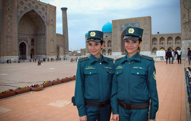 """Zoukhra et Fatima Rakhmatova, soeurs jumelles et membres de la nouvelle """"Police des touristes"""", le 28 mars 2018 à Samarcande, en Ouzbékistan [STR / AFP]"""