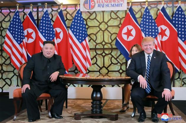 Photo fournie par les autorités nord-coréennes du leader Kim Jong Un (g) avec le président américain Donald Trump, lors de leur rencontre à Hanoï, le 1er mars 2019 [KCNA VIA KNS / KCNA VIA KNS/AFP/Archives]