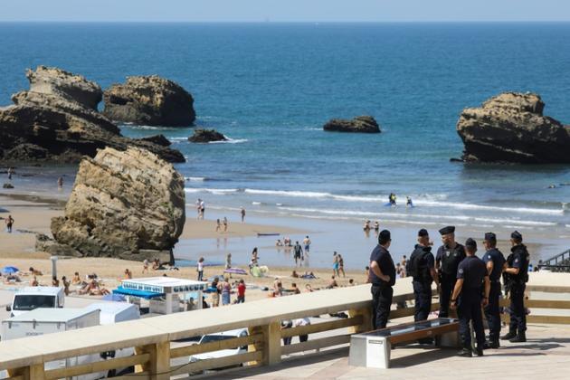 Des CRS en patrouille le long de la plage, le 22 août 2019 à Biarritz [LUDOVIC MARIN / AFP]