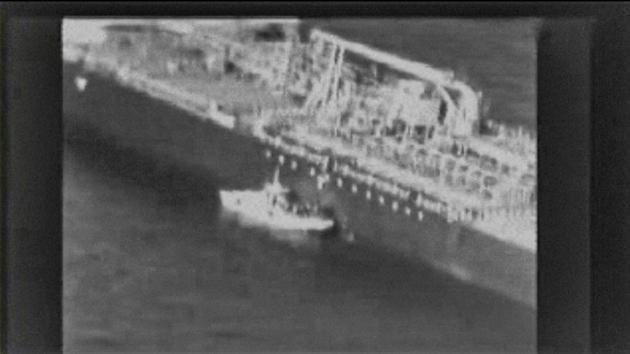 Une capture d'écran d'une vidéo diffusée par le commandement central américain (Centcom) le 14 juin 2019 montre selon le Centcom une vedette iranienne en mer d'Oman près d'un des deux navires attaqués dans le Golfe [- / US Central Command (CENTCOM)/AFP]