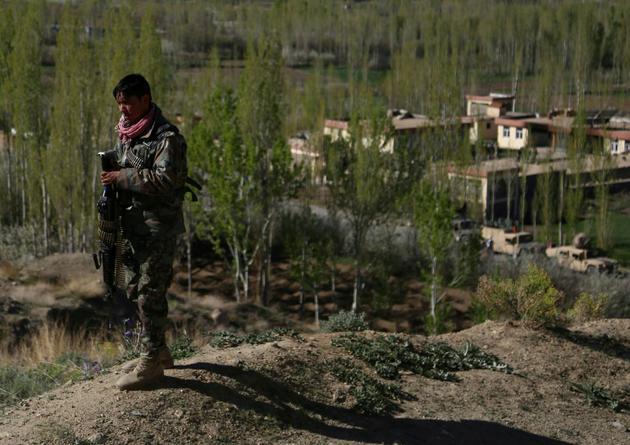 Un membre des forces de sécurité afghanes près du lieu d'une attaque des Talibans contre un site gouvernemental, dans la province de Ghazni. Le 12 avril 2018. [ZAKERIA HASHIMI / AFP]