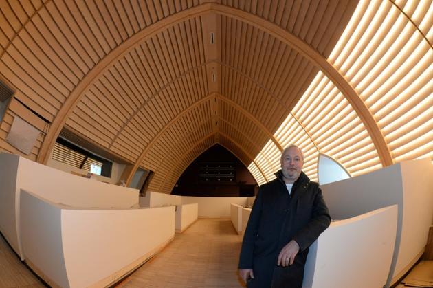 L'architecte en chef des Monuments historiques Philippe Villeneuve dans la nouvelle salle du conseil de l'hôtel de ville de La Rochelle, le 18 novembre 2019 [MEHDI FEDOUACH / AFP]