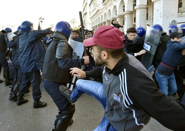 Heurts entre manifestants et forces de l'ordre lors d'un rassemblement contre un 5e mandat du président Abdelaziz Bouteflika, le 22 février 2019 à Alger [RYAD KRAMDI                         / AFP]