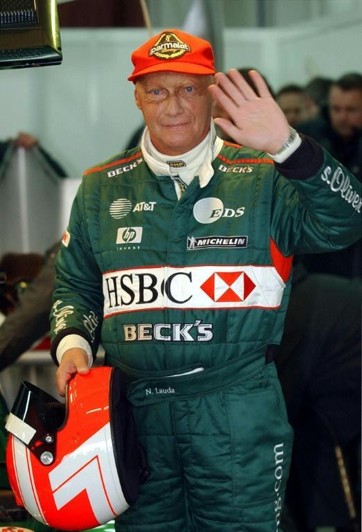 Le triple champion du monde de Formule 1 Niki Lauda le 13 janvier 2002 après avoir testé la Jaguar R2 sur le circuit de Valence (Espagne) [Pierre-Philippe MARCOU / AFP/Archives]