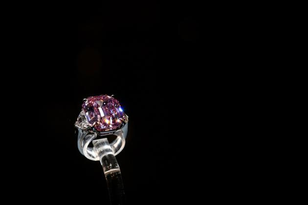 Le Pink Legacy, un diamant rose de 18.96 carats, le 8 novembre 2018<br />  [Fabrice COFFRINI / AFP]