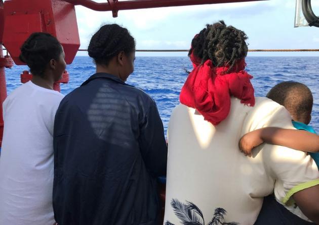 Bintu (g) et son fils, à bord du Ocean Viking, le 10 août 2019 [Anne CHAON / AFP]