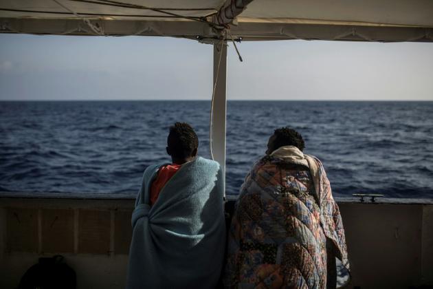 Des migrants secourus au large de la Libye à bord du bateau de l'ONG Open Arms, le 2 juillet 2018 [Olmo Calvo / AFP]