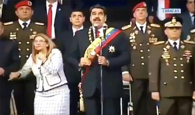 Capture d'image d'une vidéo de la télévision vénézuélienne montrant le président Nicolas Maduro et son épouse Cilia Flores (g), lors d'une cérémonie militaire, le 4 août 2018 à Caracas, au cours de laquelle le président est sorti indemne d'un attentat aux drones [HO / Télévision vénézuélienne/AFP]