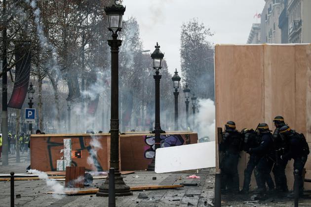Affrontement entre forces de l'ordre et manifestants sur les Champs-Elysées à Paris, le 8 décembre 2018 [ABDUL ABEISSA / AFP]