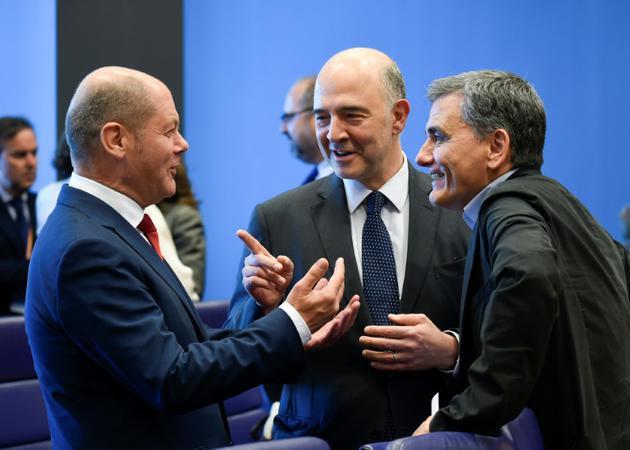 Olaf Scholz, Pierre Moscovici (c) et Euclid Tsakalotos (d) lors d'une réunion de l'eurogroupe à Luxembourg, le 21 juin 2018 [JOHN THYS / AFP]