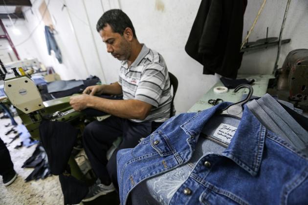 """Des vêtements de BabyFist fabriqués dans un atelier de Gaza et estampillés """"made in Palestine"""", le 27 novembre 2018 [MAHMUD HAMS / AFP]"""