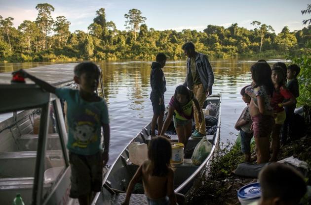 De jeunes indigènes Arara sur un bateau sur la rivière Iriri, en Amazonie brésilienne, le 14 mars 2019 [Mauro Pimentel / AFP]