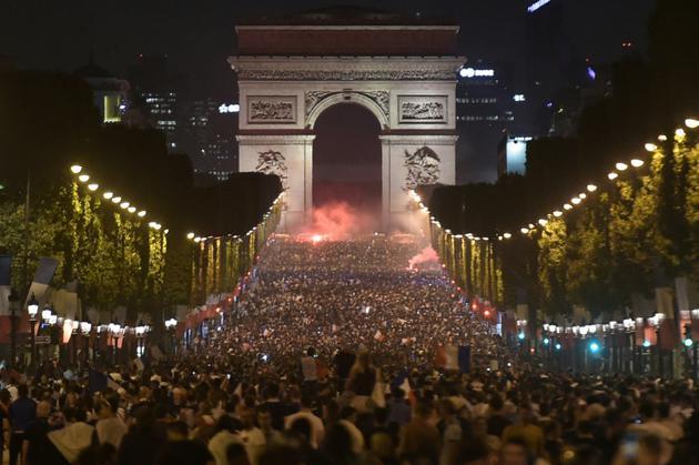 Les Champs-Elysées investis par les supporters de l'équipe de France lors de sa victoire en demi-finales du Mondial contre la Belgique, le 10 juillet 2018 à Paris [Lucas BARIOULET / AFP/Archives]