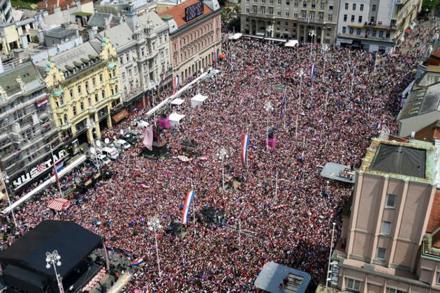 Les supporters croates réunis à Zagreb dans l'attente de leur équipe, finaliste du Mondial, le 16 juillet 2018 [Denis Lovrovic / AFP]