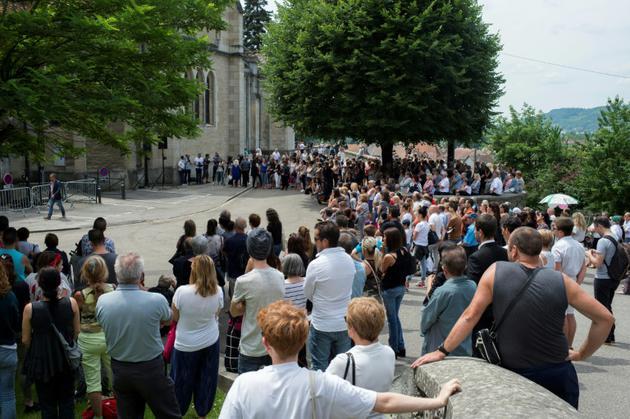 Plusieurs centaines de personnes ont assisté sur le parvis de l'église aux obsèques de Maëlys, le 2 juin 2018 à La Tour-du-Pin (Isère) [ROMAIN LAFABREGUE / AFP]