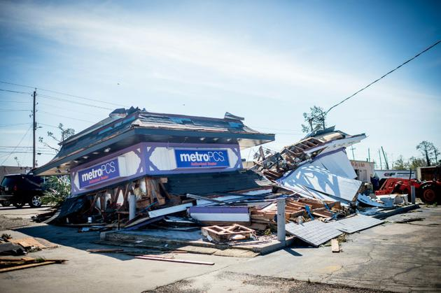 Un magasin détruit à Panama City (Floride), après le passage de l'ouragan Michael, le 11 octobre 2018. [Emily KASK / AFP]