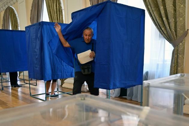 Un homme vote aux élections législatives, le 21 juillet 2019 à Kiev, en Ukraine [Sergei Supinsky / AFP]