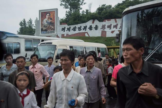 Des visiteurs nords-coréens arrivent au musée des atrocités de guerre américaines, le 24 juillet 2017 à Sinchon [Ed JONES / AFP]