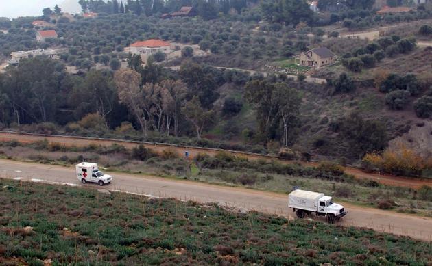 Des véhicules des forces de l'ONU déployées dans le sud du Liban (Finul) circulant sur une route à proximité de la frontière entre le village libanais de Kfar-Kila et le territoire israélien le 4 décembre 2018 [Ali DIA / AFP]