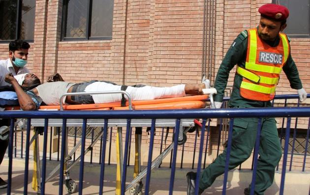 Les secours transportent un homme blessé à Multan le 31 octobre 2019 dans l'incendie d'un train près de Rahim Yar Khan dans la province pakistanaise du Pendjab [MANSOOR ABBAS / AFP]
