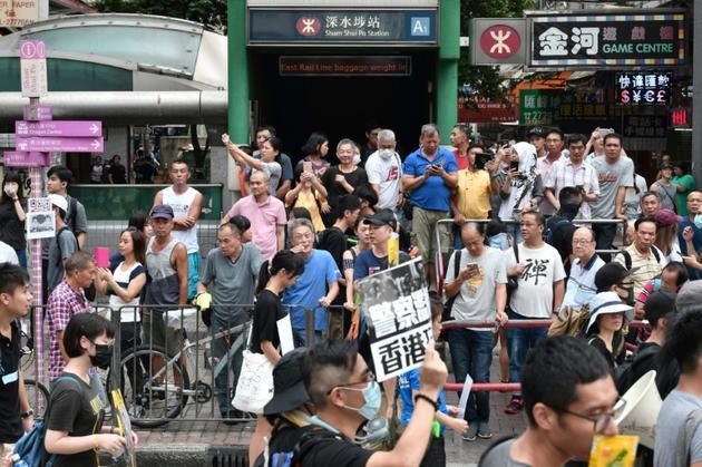 Des milliers de manifestants défilent le 11 août 2019 dans les rues de Hong Kong [Anthony WALLACE / AFP]