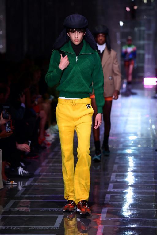 Un modèle présente la collection masculine printemps-été 2019 de Prada à Milan, le 17 juin 2018 [MIGUEL MEDINA / AFP]
