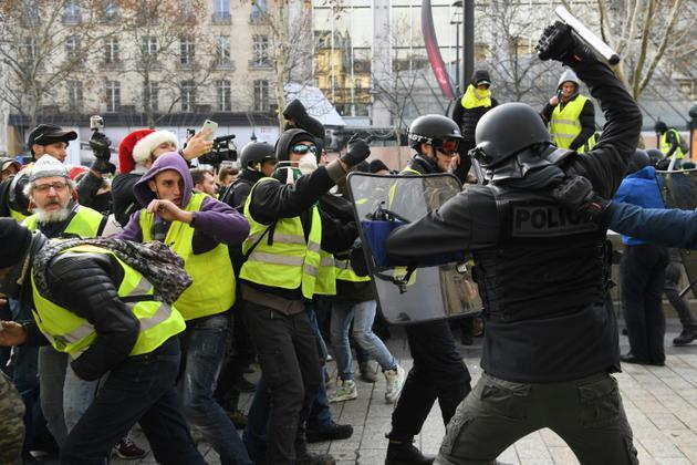 """Affrontements entre policiers et """"gilets jaunes"""" le 8 décembre 2018, près de l'Arc de Triomphe [Alain JOCARD / AFP]"""