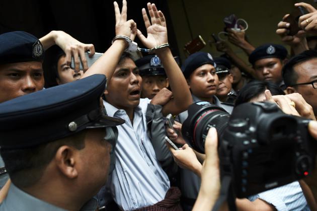 Le journaliste birman Kyaw Soe Oo (c), escorté par des policiers après sa condamnation à sept ans de prison, le 3 septembre 2018 à Rangoun [Ye Aung THU / AFP/Archives]