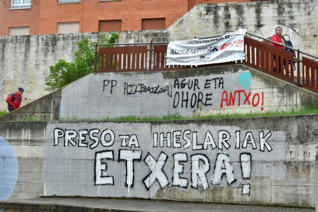 Appel écrit à un rapprochement des prisonniers membres ou sympathisants de l'ETA, le 3 mai 2018 au Pays basque espagnol [ANDER GILLENEA / AFP]