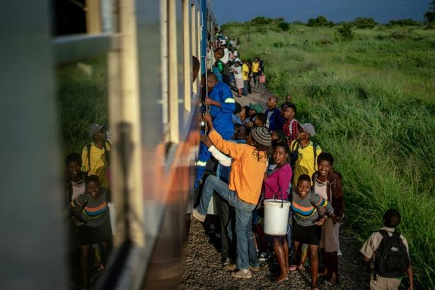 """Des adultes et des enfants montent à bord du """"train de la liberté"""" au Zimbabwe, le 29 janvier 2019 [Zinyange Auntony / AFP]"""