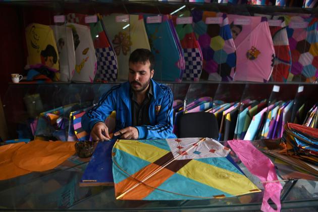 Un vendeur de cerfs-volants dans sa boutique à Kaboul le 16 avril 2018 [Wakil KOHSAR / AFP]