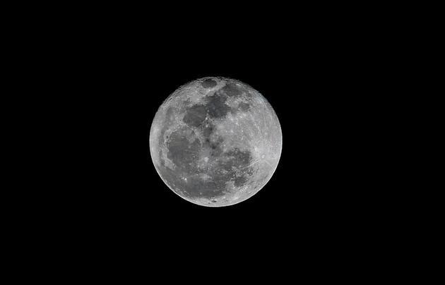 La face cachée de la lune est montagneuse et accidentée, parsemée de cratères, alors que la face visible offre de nombreuses surface planes pour se poser [Luis ACOSTA / AFP/Archives]