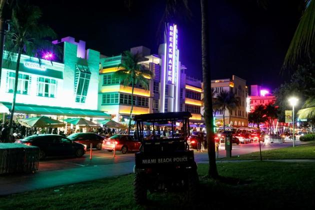Ocean Drive, à Miami Beach, regorge de bars et de boites de nuit en plein air [RHONA WISE / AFP]