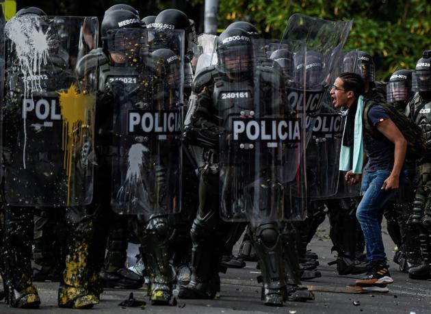 Un manifestant colombien s'en prenant aux forces de l'ordre à Bogota, le 21 novembre 2019.     [Juan BARRETO / AFP]