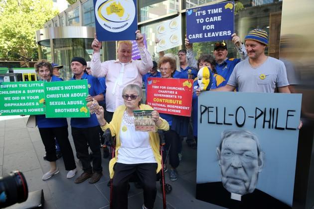 Des manifestants protestent contre le cardinal George Pell à proximité du tribunal de Melbourne, le 27 février 2019 [ASANKA BRENDON RATNAYAKE / AFP]