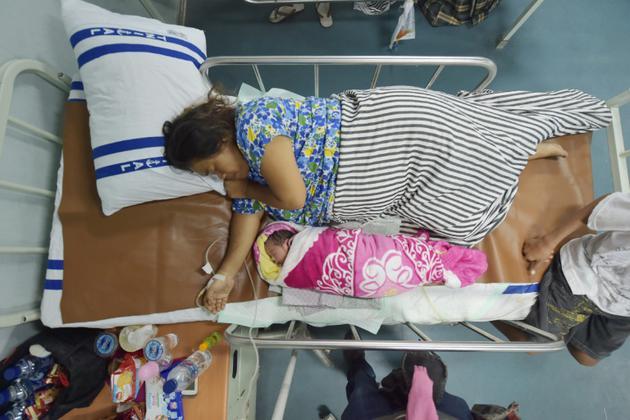Dinar, le 6 octobre 2018 sur le navire-hôpital où elle a pu donner naissance à sa fille après le terrible séisme doublé d'un tsunami qui a frappé la ville de Palu sur l'île des Célèbes en Indonésie [ADEK BERRY / AFP]