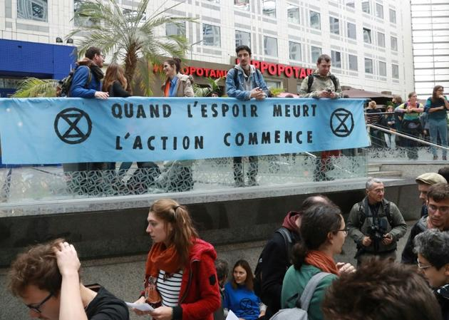 Des militants de mouvements écologistes, dont Extinction Rebellion (XR), manifestent dans le centre commercial Italie 2, le 5 octobre 2019 à Paris [JACQUES DEMARTHON / AFP]