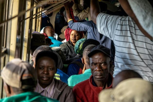 """Des passagers du """"train de la liberté"""" au Zimbabwe le 29 janvier 2019 [Zinyange Auntony / AFP]"""