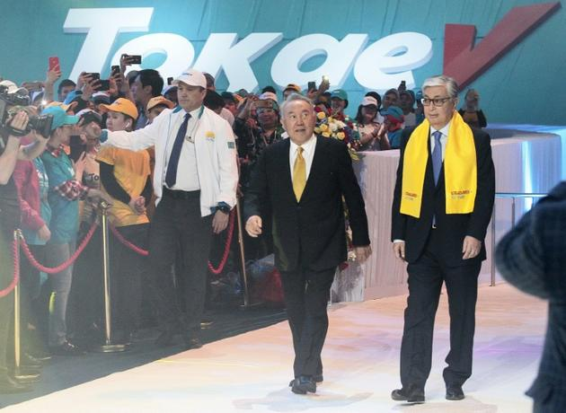 L'ancien président Noursoultan Nazarbaïev (c) et le président par intérim Kassym-Jomart Tokaïev (d) lors d'un meeting du parti au pouvoir Nour-Otan, le 7 juin 2019 à Nur-Sultan [Stanislav FILIPPOV / AFP]