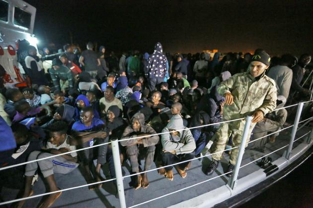 Des migrants secourus en Méditerranée arrivent à une base navale à Tripoli le 24 juin 2018 [MAHMUD TURKIA / AFP]