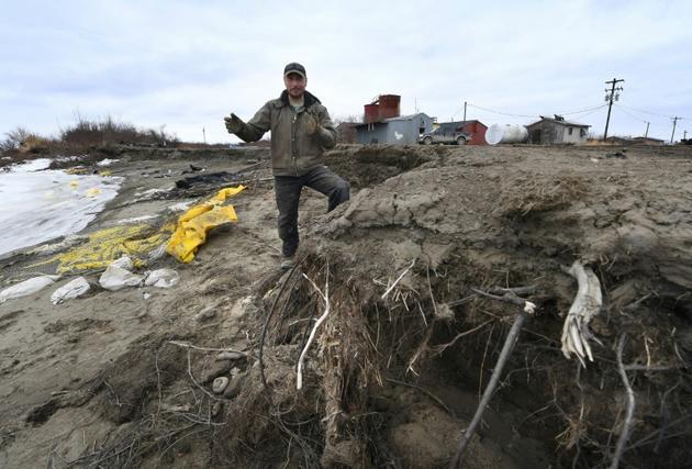 Harold Ilmar, employé à plein temps pour tenter de stopper l'érosion qui dévore les terres et les bâtiments du petit village de Napakiak, le 12 avril 2019 en Alaska [Mark RALSTON / AFP]