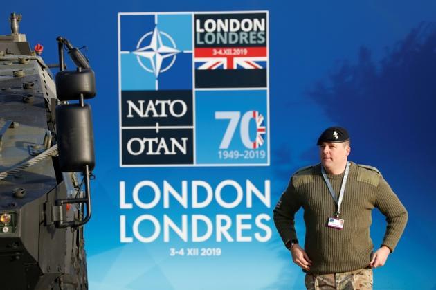 Un soldat britannique dans l'hôtel Grove de Watford, dans la banlieue de Londres, qui accueille le sommet de l'Otan [Adrian DENNIS / AFP]