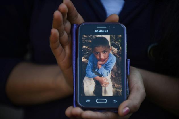 Catarina Gomez Lucas, soeur du petit Felipe Gomez, mort en rétention aux Etats-Unis, montre une photo de son frère sur son téléphone portable [JOHAN ORDONEZ / AFP/Archives]