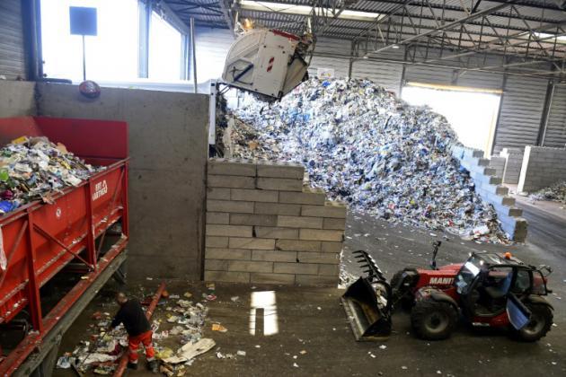 Sur un site de tri de Veolia à Amiens, le 10 octobre 2018. La France s'est fixé comme objectif de réduire de moitié le volume de déchets mis en décharge d'ici à 2025 [FRANCOIS LO PRESTI / AFP]