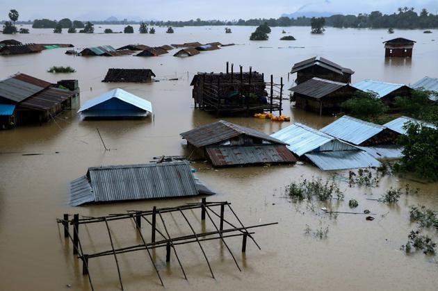 L'eau est montée jusqu'aux toits de ces maisons de l'état Karen, en Birmanie, le 28 juillet 2018 [SAW KYAW SAN OO / AFP]
