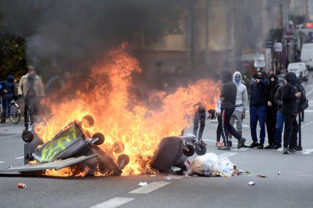 Des poubelles incendiées lors d'une manifestation de lycéens, le 6 décembre 2018 à Toulouse [REMY GABALDA / AFP]
