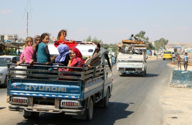 Des Syriens habitant le sud de la province d'Idleb, ultime bastion rebelle dans le pays en guerre, fuient les bombardements du régime de Bachar al-Assad, le 6 septembre 2018 [Aaref WATAD / AFP]
